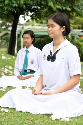 school_girls_meditating